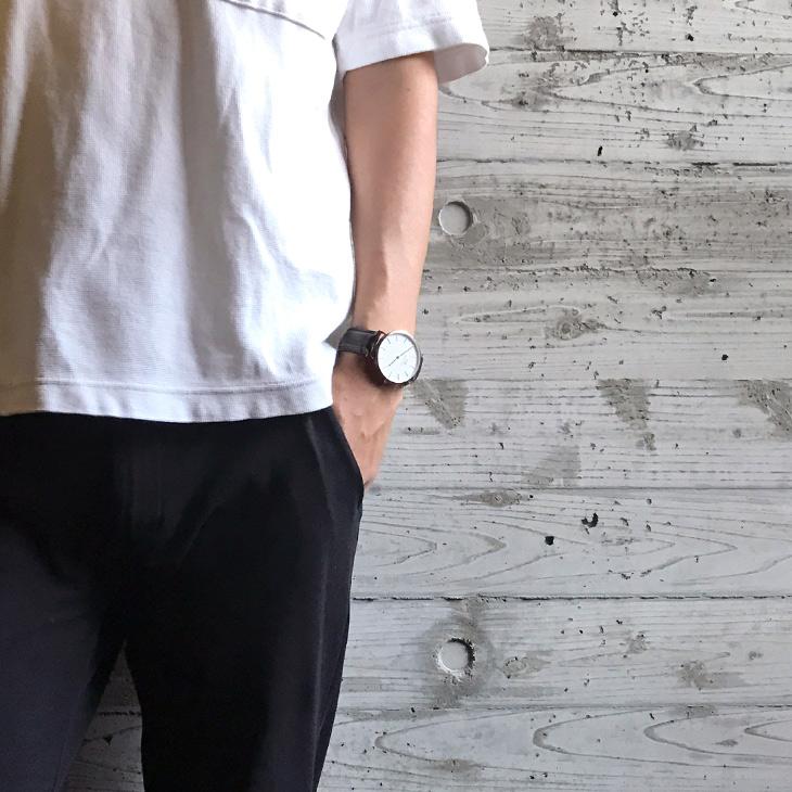 40mmレザーベルト着用の男性