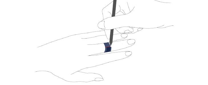 第2関節辺りにもう一度巻き付け、重なった部分にペンで目印を付ける